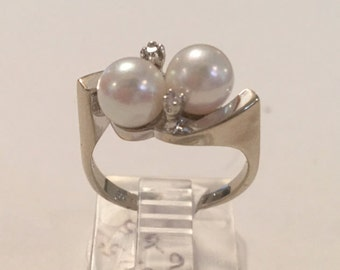 Vintage 14K White Gold Genuine Creamy Pearl and Diamond Ring