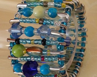 Blue hour - glass beads and safety pins bracelet