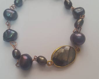 A bracelet of gray pearls and labradorite with gold-filled