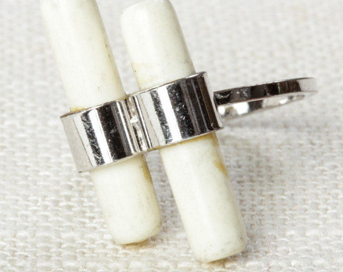 White and Silver Vintage Ring Scroll Linear Lines US Womens Size 6 7I