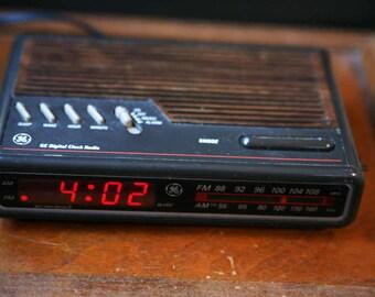 Vintage GE Digital Clock Radio, AM FM Clock Radio, Faux Wood Top with Black, Retro Alarm Clock