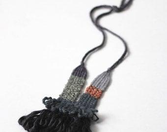 collier tissé dans les tons de charbon, gris, rouille