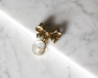 1970s bow and orb brooch // gold bow brooch // vintage brooch