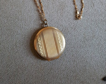 Vintage Golden locket/picture Jewelry / locket necklace / jewellery /golden necklace /jewelry/jewellery