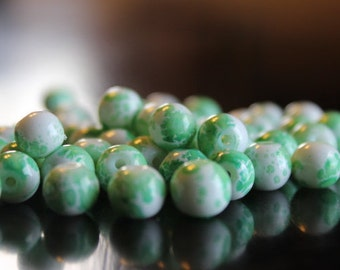 50 glass beads, 8 mm speckled green and white, round and smooth, bubblegum style beads, baking painted, hole 1.3-1.6 mm