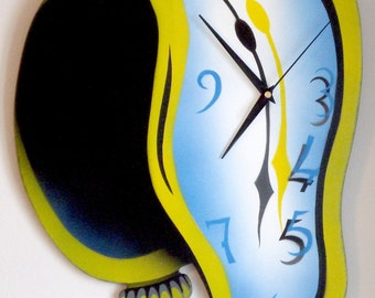 Twisted - Melting clock made of plywood
