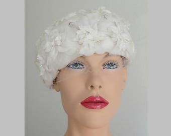 White 50s Vintage Hat With White Flowers Beads And Veil // Size 55