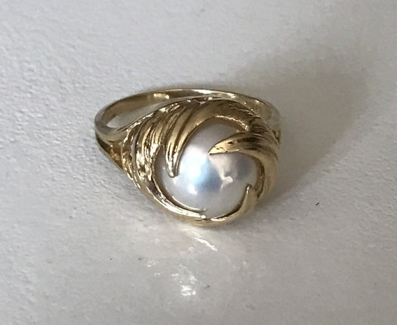 10 KT Gold Elegant Natural Mabé Pearl Ring