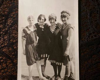 Vintage photo of babes in their bathing suits 1920s