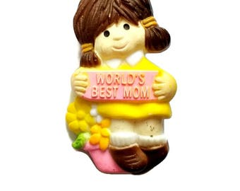 """Vintage Kitsch Brooch Mother's Day """"World's Best Mom"""" Girl Holding Sign Made in Hong Kong AG Plastic Pin"""
