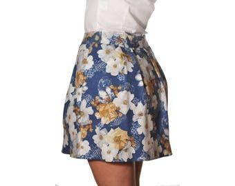 Jupe corolle en coton bleu à fleurs blanches et marron