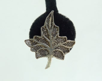 60s leaf earrings, silver metal leaves, 1960s nature foliage minimalist screw back vintage earrings, costume jewelry