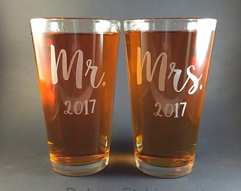Mr and Mrs Pint Glasses, his and hers Wedding gift, Anniversary gift, Engraved pint glass, Personalize, Made to order, Mr/Mrs, pint glass,