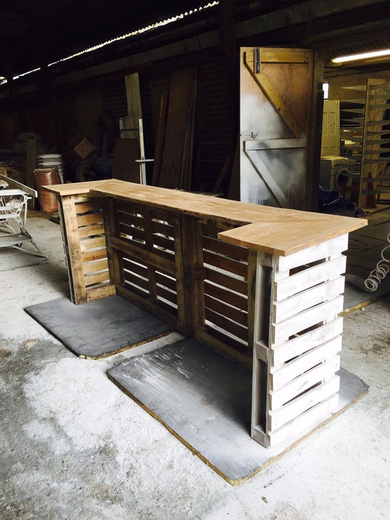 Shabby chic pallet bar for Pallet garden furniture bar