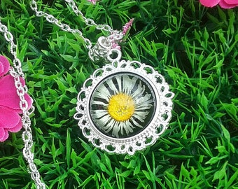 Necklace with a Medallion in resin inclusion Daisy