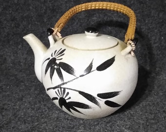 TeaPot with Woven Handle   PreOwned in Excellent Condition  so very cool