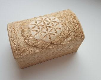 Резная шкатулка ручной работы из дерева