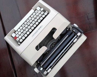 Vintage Olivetti Lettera 35 Portable Typewriter, Two Tone working Typewriter, Cream Typewriter 1970s, Office Decor. Gift