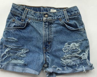 Vintage ripped levi jean shorts 26 waist