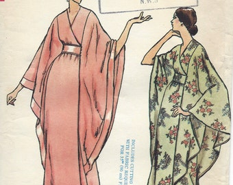 1970s Vintage VOGUE Sewing Pattern B34 ROBE DRESS (R877) Vogue 8551