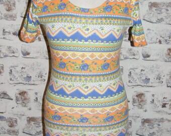 Size 8-10 vintage 80s short sleeve scoop neck top orange/blue crazy print (GT85)