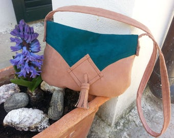 two-tone Messenger bag with tassel in alcantara suede vintage style pink bohemian style with Teal geometric shapes