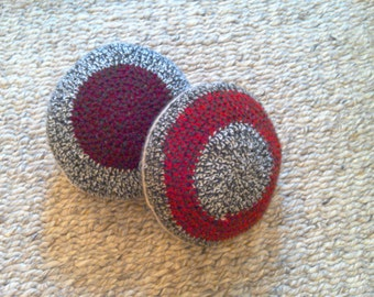 Set of two decorative round pillows with alternated colours