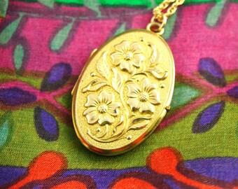 Repousse Flower Locket Necklace - Ornate Locket - Gold  Locket - Wedding Locket - Vintage Jewelry