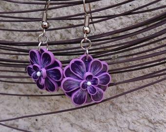 Boucles d'oreilles violette et parme lilas ,en pâte polymère en forme de fleur montées sur apprêts en métal argenté ( sculpey )