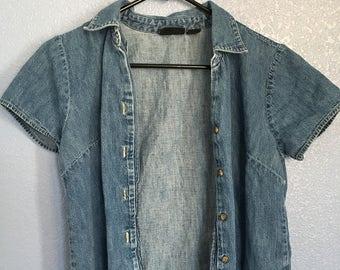 Vintage button up denim shirt// 90s denim button up shirt// jean shirt// short sleeves
