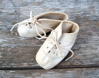 Vintage French 1950/1960s white  baby shoes