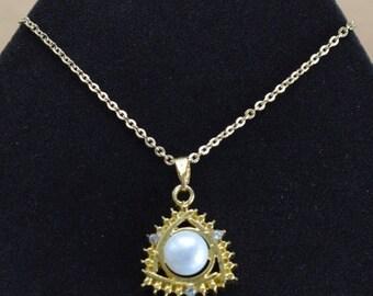 """On Sale Pretty Vintage Faux Pearl, Rhinestone Pendant Necklace, Gold tone, 16"""" (AL8)"""