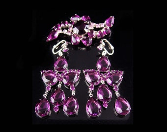 Vintage Juliana brooch / purple chandelier purple earrings / clip on statement glass dangle drops / Amethyst glass shoulder dusters