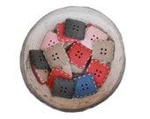 VENTE - 36 boutons carrés Vintage en résine 4 trous de 6 couleurs, 1960