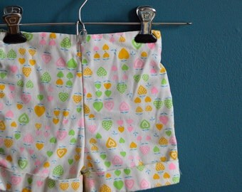 Vintage 1980s Girl's Strawberry and Heart Novelty Print Shorts - Size 3T 4T