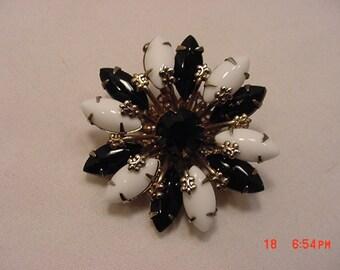 Vintage Black & White Cabochon Fleur De Lis Brooch   16 - 842