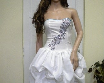 UNIQUE   Elegant white gown of silk and cotton with crystals