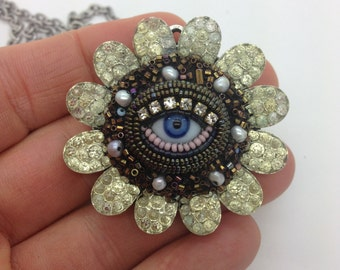 Small Eye Flower Pendant Necklace (brown)