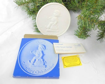 Vintage Goebel Merry Little Wanderer Collector's Club porcelain medallion 1976 made in W. Germany new old stock with tag MJ Hummell