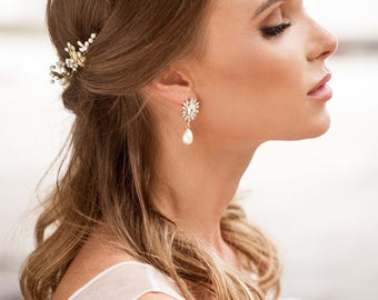 Teardrop pearl earrings for bride. Vintage style bridal pearl stud earrings.  bridal stud earrings. Crystal earrings. Gold crystals earrings