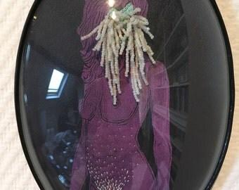 cadre reliquaire bombé vintage linogravure inspiration érotique imprimé sur cuir à l'encre à l'huile et rebrodée , Cora
