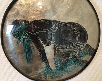 cadre reliquaire bombé vintage linogravure inspiration érotique imprimé sur cuir à l'encre à l'huile et rebrodée  , Renée