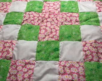 Tied daisy Crib Quilt for girls