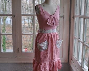 Vintage Pink Apron With Floral Print Pockets/Vintage 1970s/Ruffled Apron