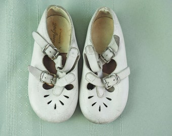 Toddler Girl Shoes- Antique White Leather, Mary Jane Shoes- Double buckle Straps- Trimfoot Sandals - Size 5.5-  5 inches long- Vintage