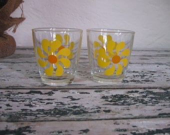 Vintage Pair of 1/2 Pt. Yellow Daisy Glasses// 1960's