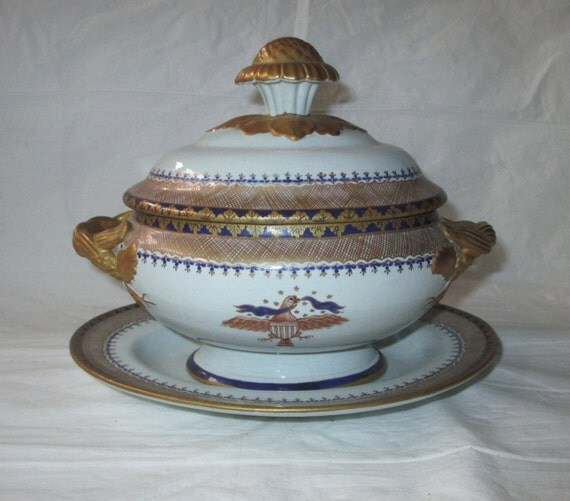 Mottahedeh LOWESTOFT REPRODUCTION Covered Bowl with Lid & Underplate, USA Eagle, Chinese Export Design, Chinoiserie, c. 1950s