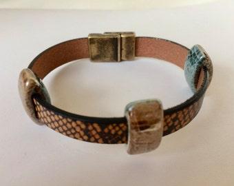 Tan Flat Snakeskin Design Leather Bracelet Aqua Tan Ceramic Slider Antique Brass Magnetic Clasp Cool European Jewelry Accessories Reversible