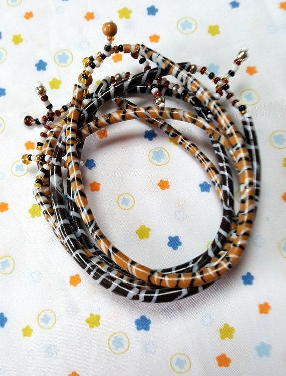 bracelet sur fil africain t l phone en plastique recycl fait. Black Bedroom Furniture Sets. Home Design Ideas