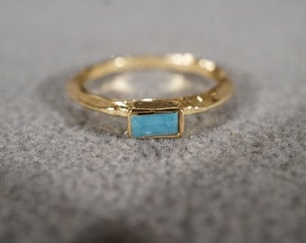 Vintage  Gold Tone Fashion Ring with a Light Blue Topaz Hammered Style Band, size 8   KW128